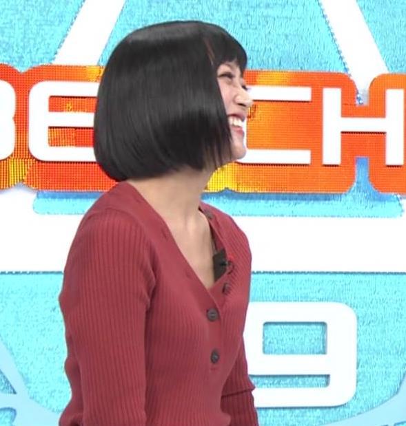竹内由恵アナ Vネックの胸元チラチラキャプ・エロ画像6