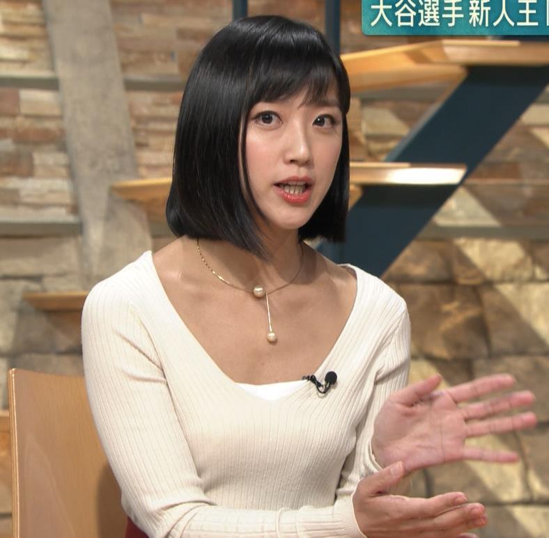 竹内由恵アナ 胸元大胆露出キャプ・エロ画像
