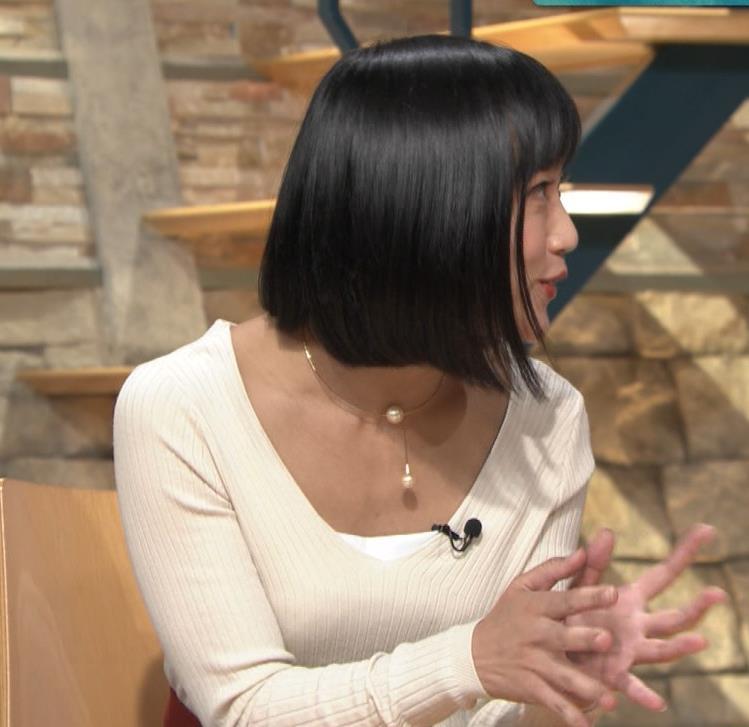 竹内由恵アナ 胸元大胆露出キャプ・エロ画像2
