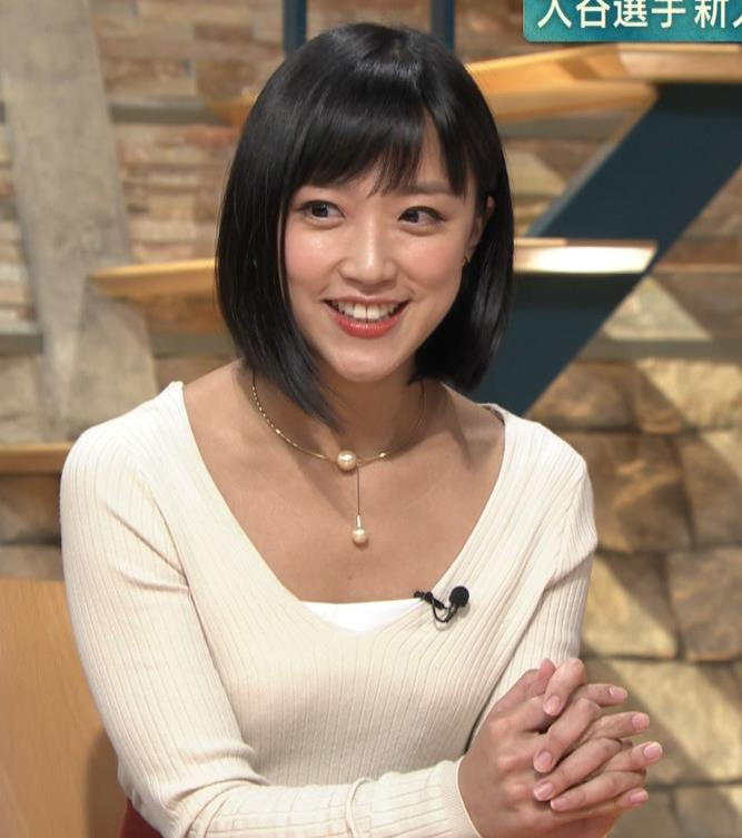 竹内由恵アナ 胸元大胆露出キャプ・エロ画像3