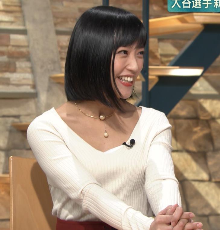 竹内由恵アナ 胸元大胆露出キャプ・エロ画像4