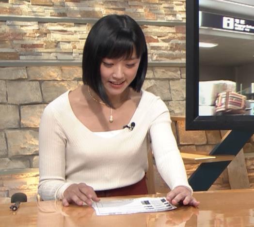 竹内由恵アナ 胸元大胆露出キャプ・エロ画像5
