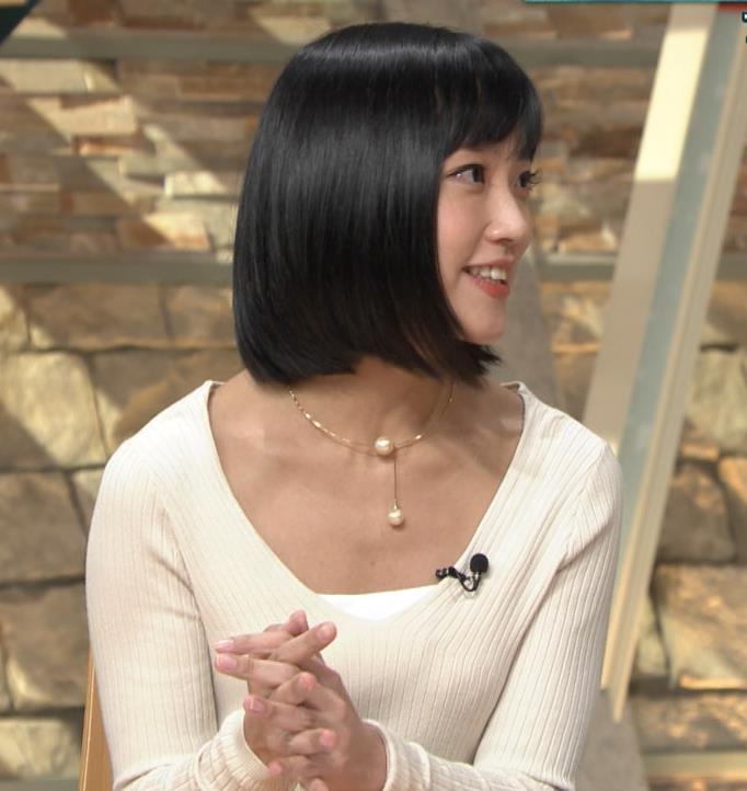 竹内由恵アナ 胸元大胆露出キャプ・エロ画像6