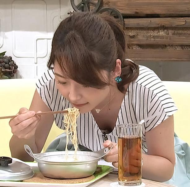 竹崎由佳アナ 麺をすすってガッツリ胸チラキャプ・エロ画像