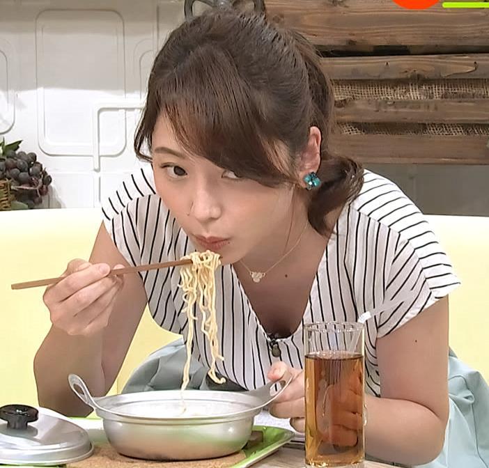 竹崎由佳アナ 麺をすすってガッツリ胸チラキャプ・エロ画像2