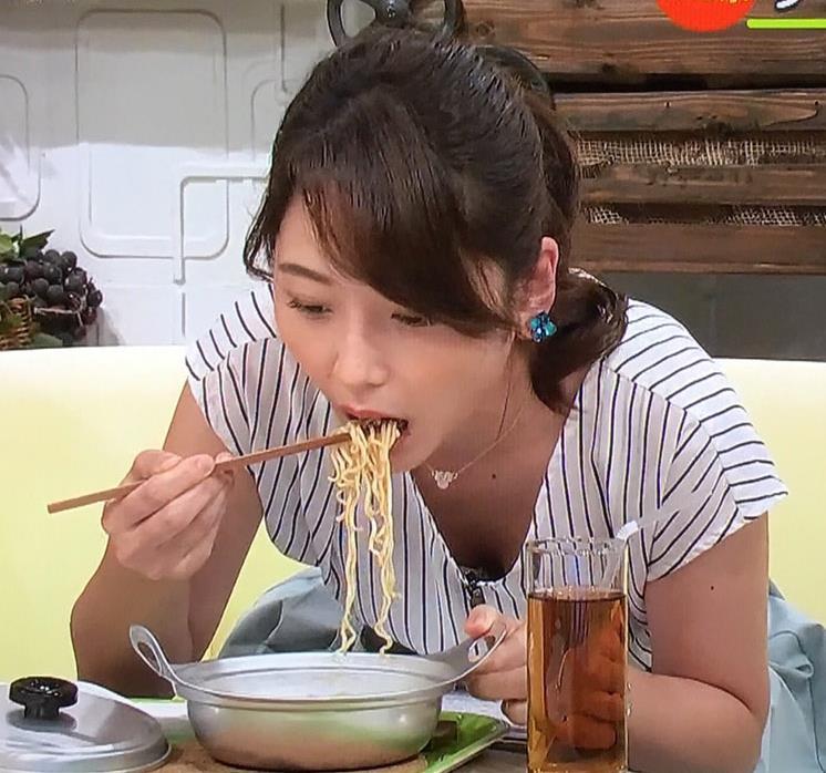 竹崎由佳アナ 麺をすすってガッツリ胸チラキャプ・エロ画像3