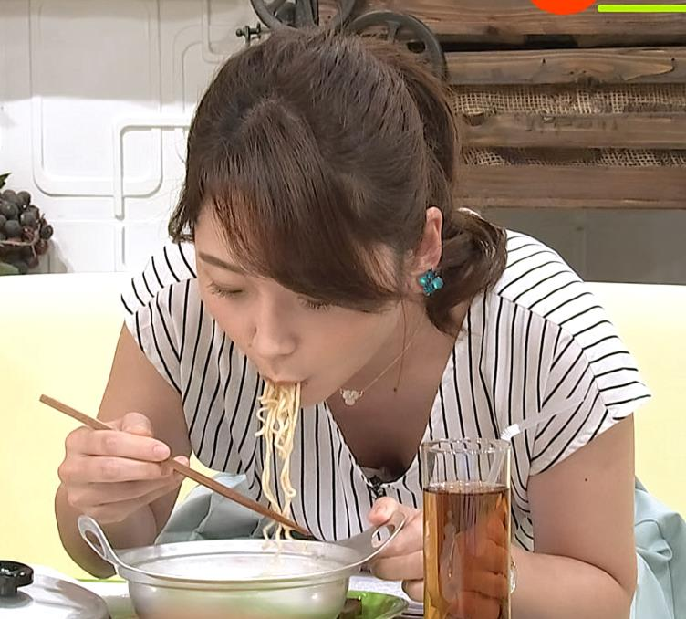 竹崎由佳アナ 麺をすすってガッツリ胸チラキャプ・エロ画像4