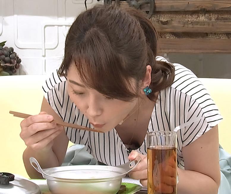 竹崎由佳アナ 麺をすすってガッツリ胸チラキャプ・エロ画像5