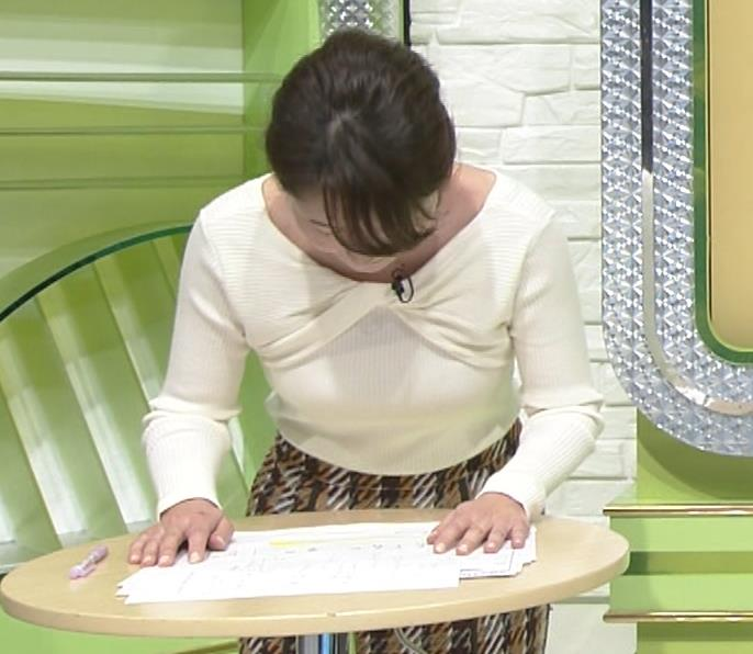 竹崎由佳アナ 白いニットの乳キャプ・エロ画像2