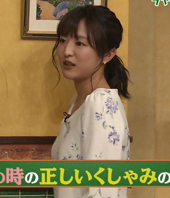 滝菜月アナ 前かがみ胸元チラキャプ・エロ画像3