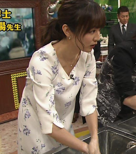 滝菜月アナ 前かがみ胸元チラキャプ・エロ画像5