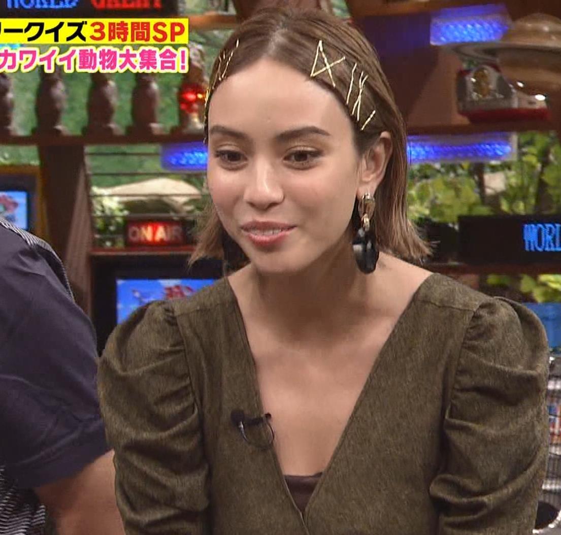 滝沢カレン ちょっと胸の谷間チラキャプ・エロ画像3