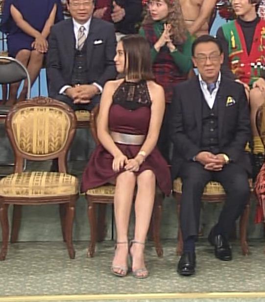 滝沢カレン 自らスカートをめくって中が見えるGIF動画キャプ・エロ画像2