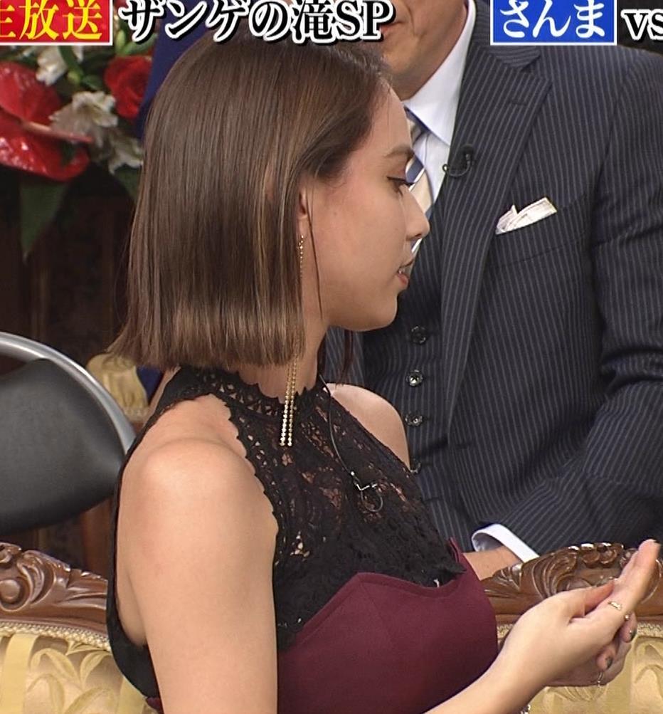 滝沢カレン 自らスカートをめくって中が見えるGIF動画キャプ・エロ画像7