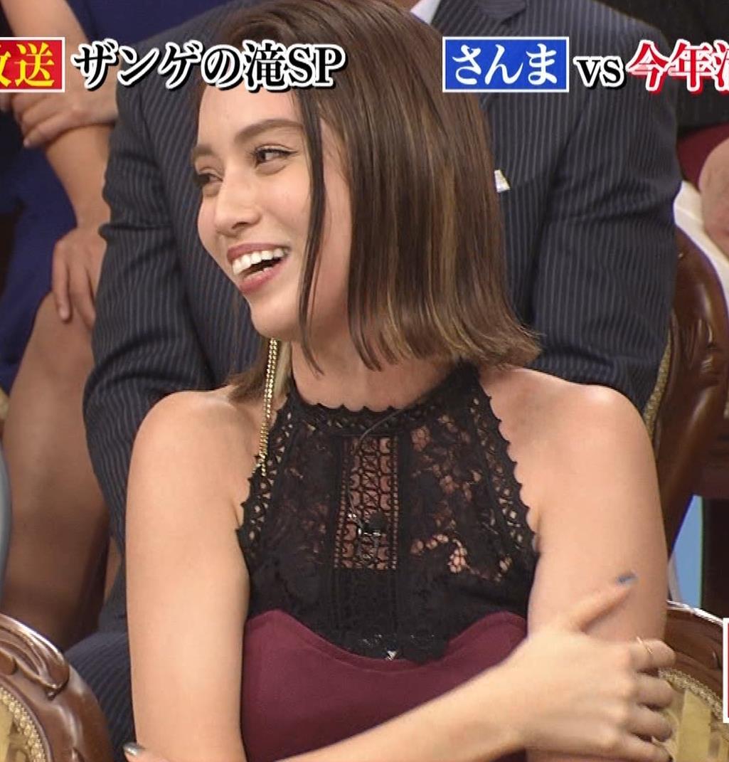 滝沢カレン 自らスカートをめくって中が見えるGIF動画キャプ・エロ画像8