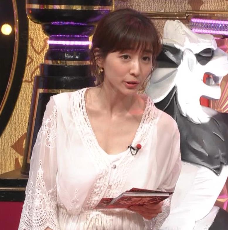 田中みな実 胸元がゆるゆるの服キャプ・エロ画像2