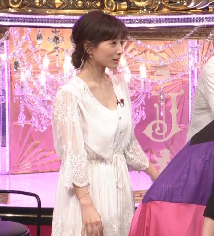 田中みな実 胸元がゆるゆるの服キャプ・エロ画像7