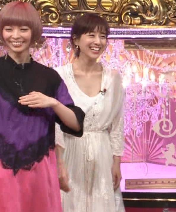 田中みな実 胸元がゆるゆるの服キャプ・エロ画像8