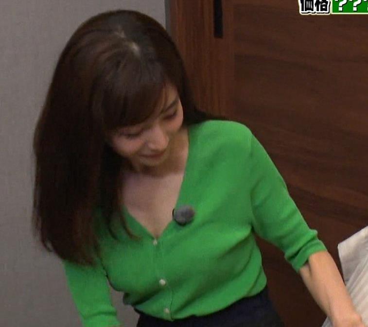 田中みな実 胸元緩くて抜ける胸チラ連発!キャプ・エロ画像9