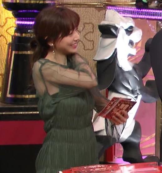 田中みな実 透け方がエロ過ぎる衣装キャプ・エロ画像3