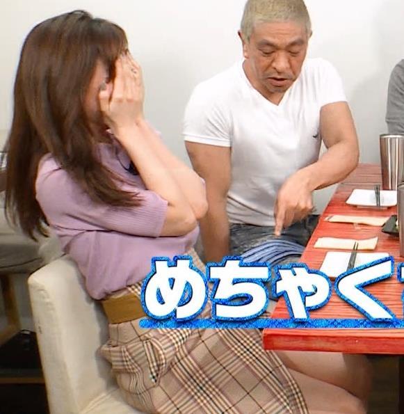 田中みな実 スカートのスリットから太ももチラ、でかい横乳などキャプ・エロ画像3
