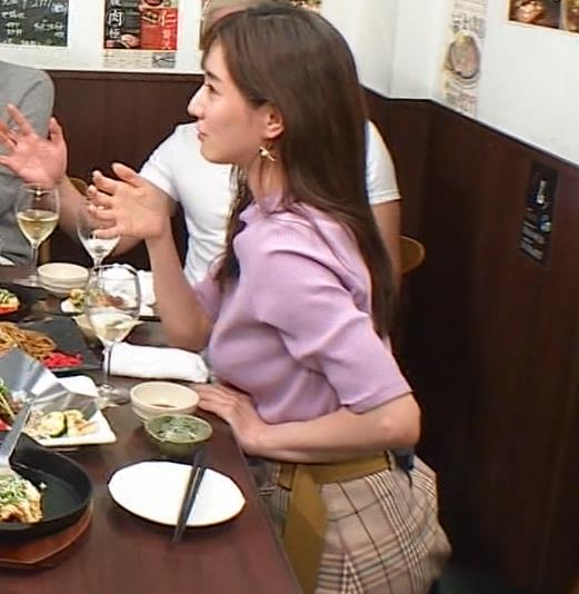 田中みな実 スカートのスリットから太ももチラ、でかい横乳などキャプ・エロ画像6