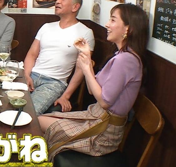 田中みな実 スカートのスリットから太ももチラ、でかい横乳などキャプ・エロ画像7