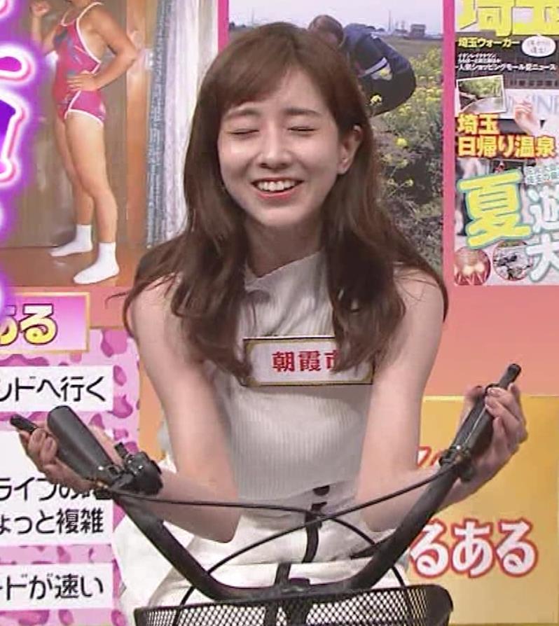 田中みな実 スカートで自転車に乗り、スリットがエロ過ぎキャプ・エロ画像12