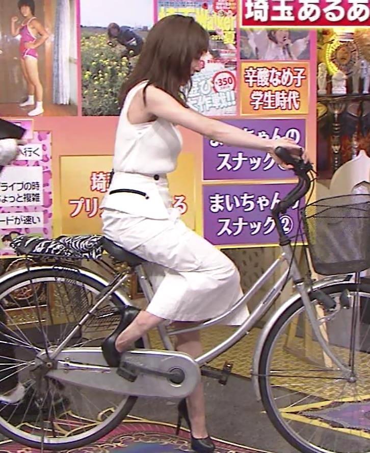 田中みな実 スカートで自転車に乗り、スリットがエロ過ぎキャプ・エロ画像3