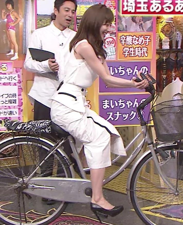 田中みな実 スカートで自転車に乗り、スリットがエロ過ぎキャプ・エロ画像6