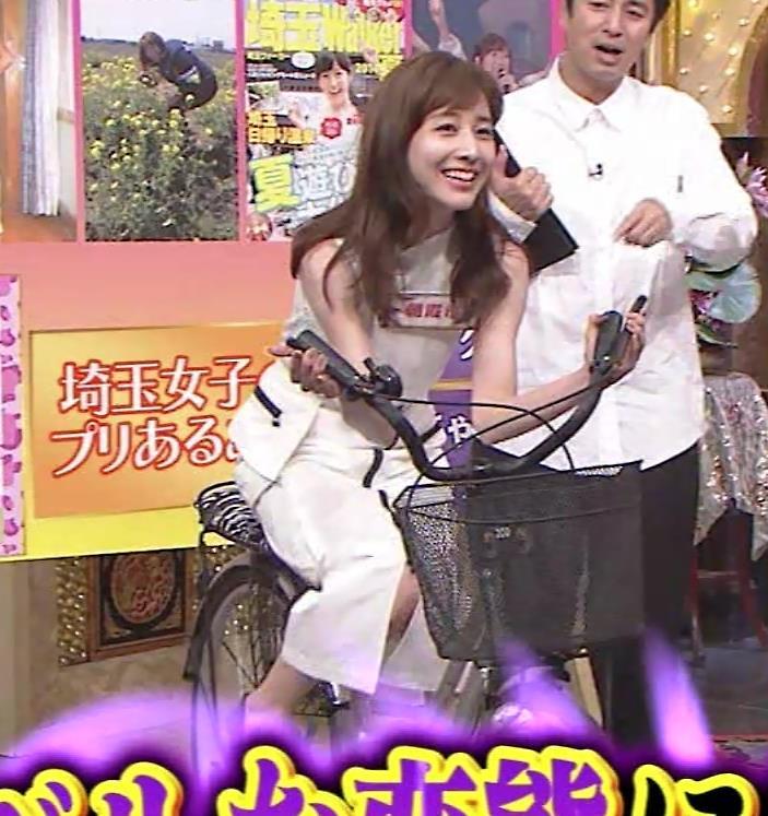 田中みな実 スカートで自転車に乗り、スリットがエロ過ぎキャプ・エロ画像8