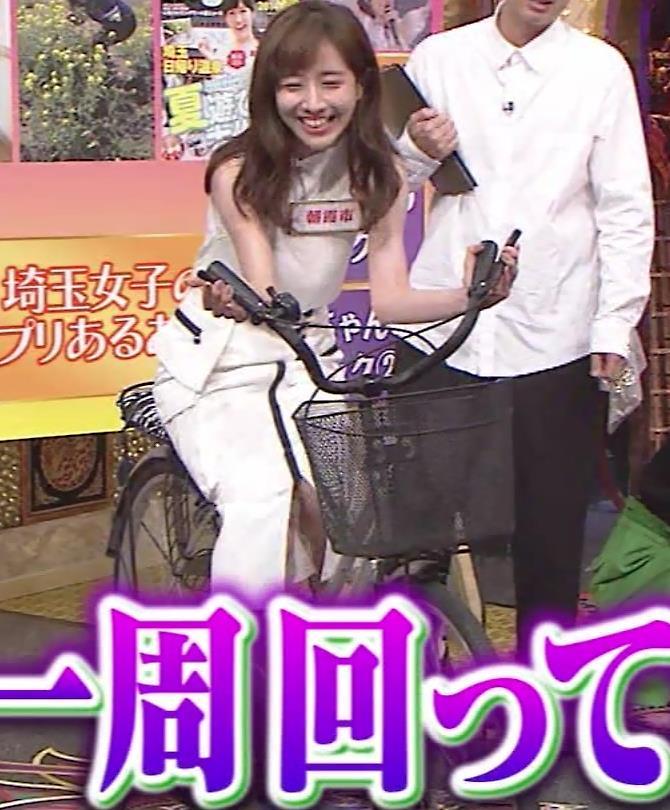 田中みな実 スカートで自転車に乗り、スリットがエロ過ぎキャプ・エロ画像9