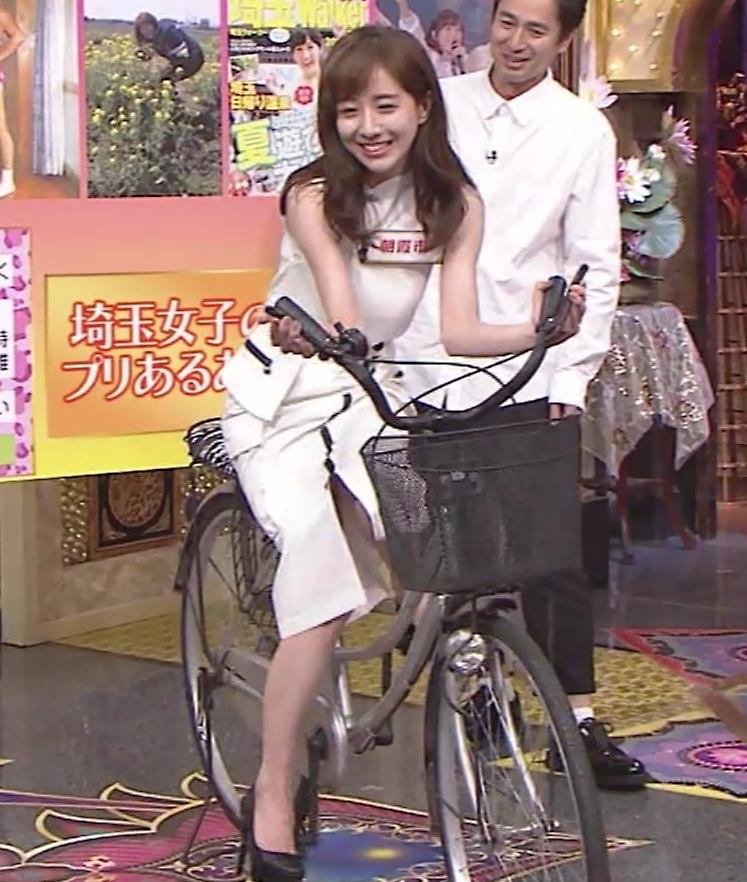 田中みな実 スカートで自転車に乗り、スリットがエロ過ぎキャプ・エロ画像10
