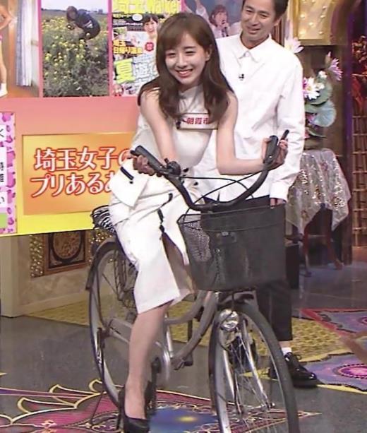 田中みな実 スカートで自転車に乗り、スリットがエロ過ぎキャプ画像(エロ・アイコラ画像)
