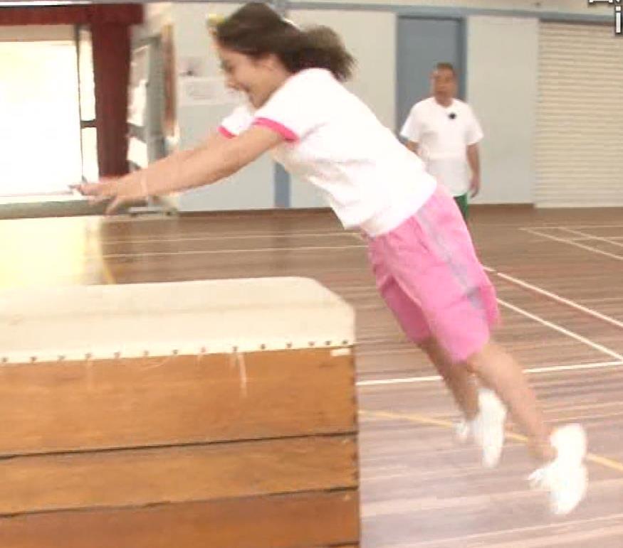 アナ 体操服で跳び箱を飛んで乳を揺らしまくるGIF動画キャプ・エロ画像4