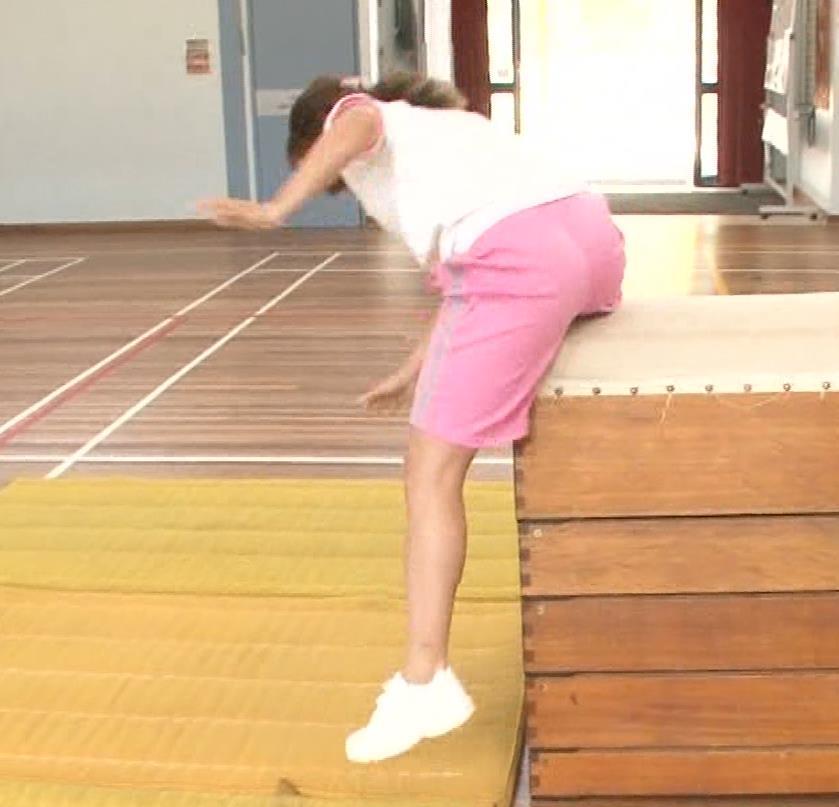 アナ 体操服で跳び箱を飛んで乳を揺らしまくるGIF動画キャプ・エロ画像5
