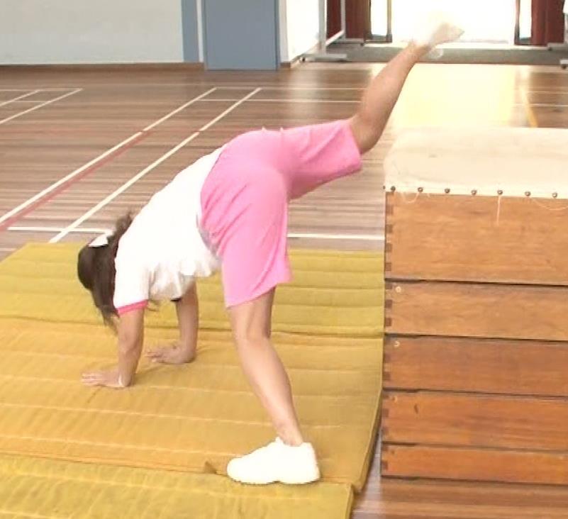 アナ 体操服で跳び箱を飛んで乳を揺らしまくるGIF動画キャプ・エロ画像7