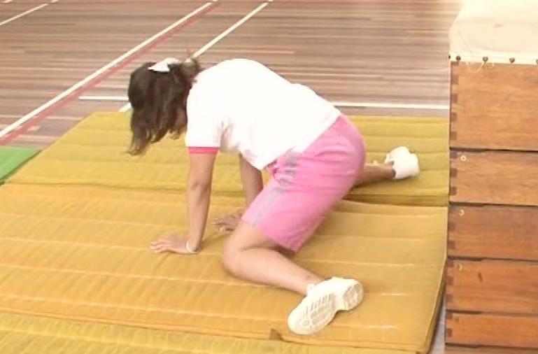 アナ 体操服で跳び箱を飛んで乳を揺らしまくるGIF動画キャプ・エロ画像8