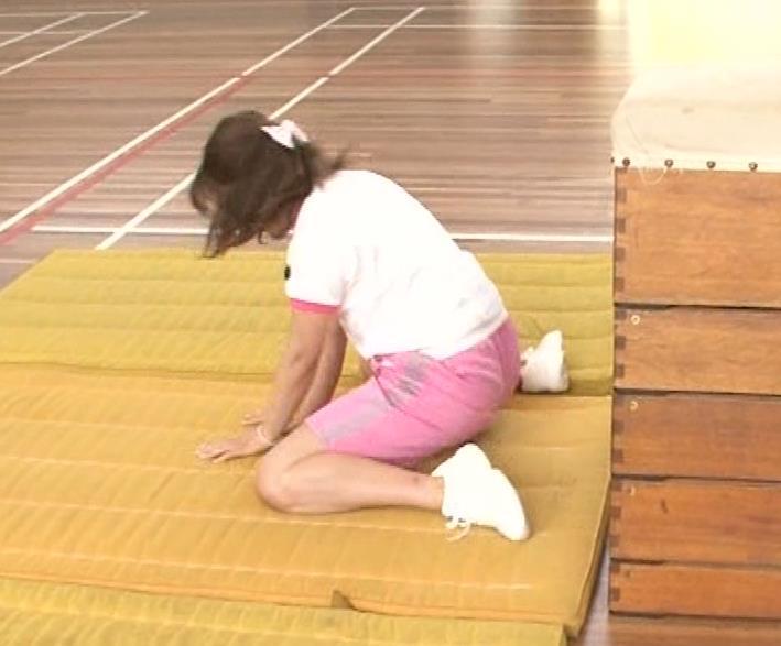 アナ 体操服で跳び箱を飛んで乳を揺らしまくるGIF動画キャプ・エロ画像9
