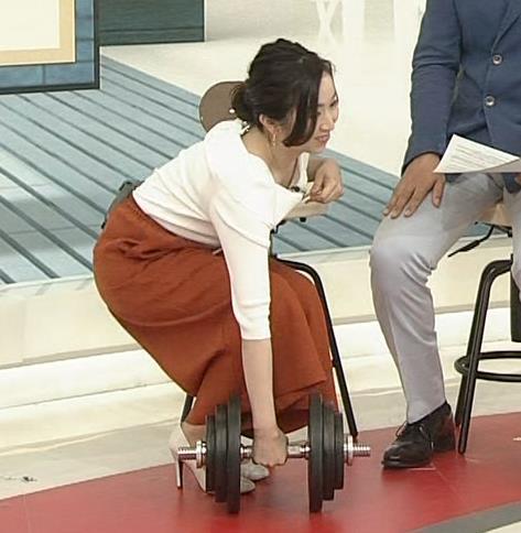 寺門亜衣子アナ ダンベルを持ち上げようとして思いっきり胸ちら!!キャプ・エロ画像