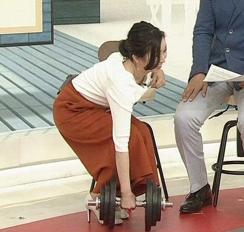 寺門亜衣子アナ ダンベルを持ち上げようとして思いっきり胸ちら!!キャプ・エロ画像2