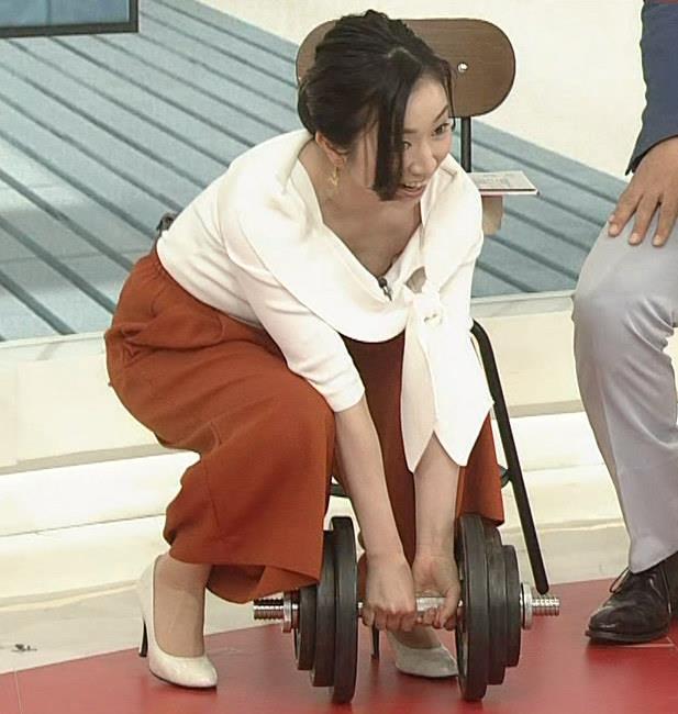 寺門亜衣子アナ ダンベルを持ち上げようとして思いっきり胸ちら!!キャプ・エロ画像3