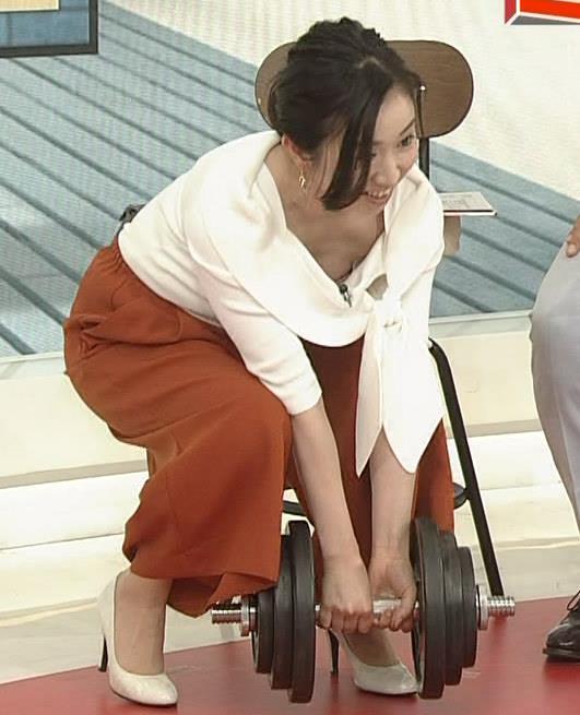 寺門亜衣子アナ ダンベルを持ち上げようとして思いっきり胸ちら!!キャプ・エロ画像4