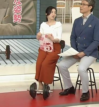 寺門亜衣子アナ ダンベルを持ち上げようとして思いっきり胸ちら!!キャプ・エロ画像6