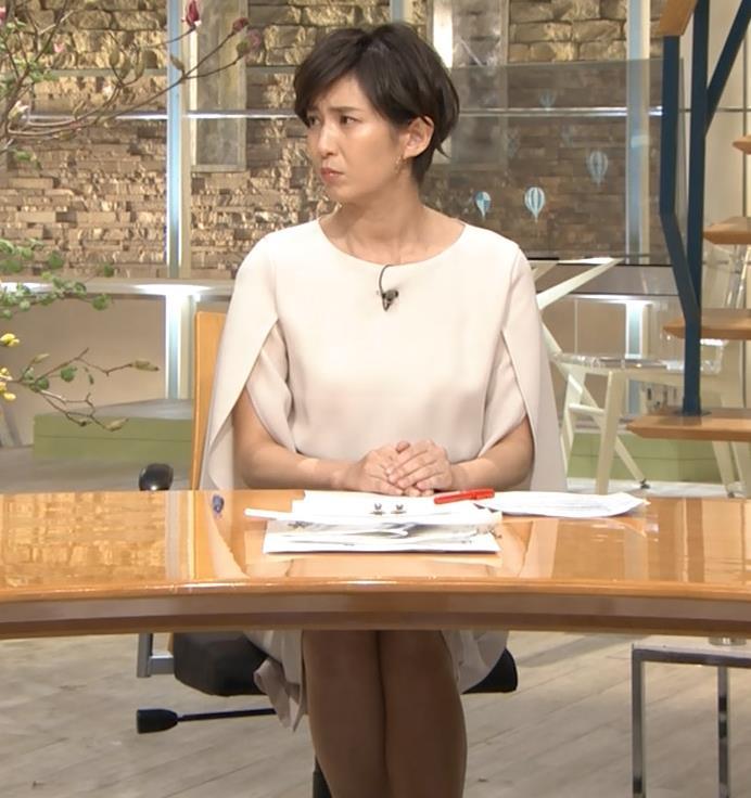 徳永有美アナ 机の下の美脚キャプ・エロ画像3
