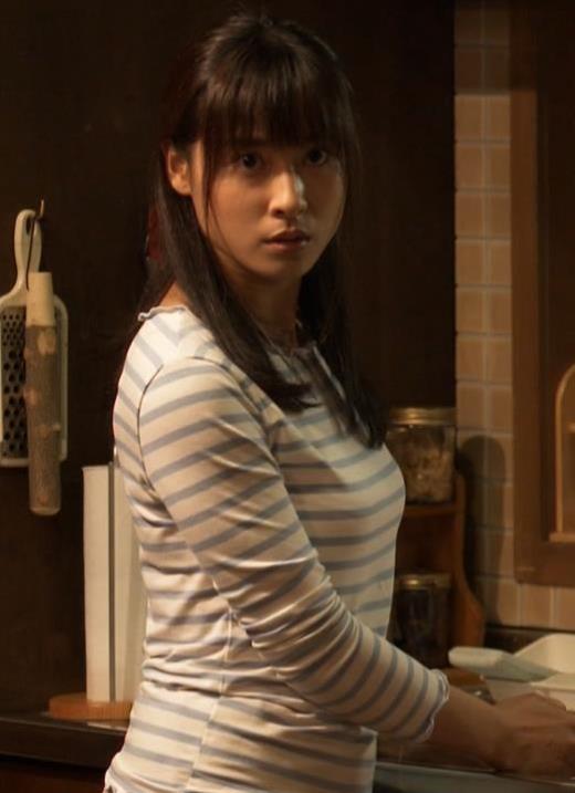 土屋太鳳 Tシャツ横乳(巨乳)キャプ画像(エロ・アイコラ画像)