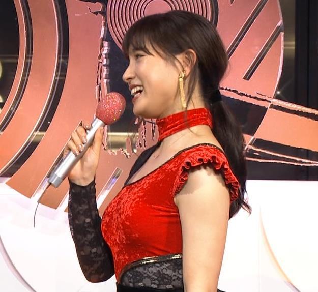 土屋太鳳 乳がエロ過ぎの過激ドレス(日本レコード大賞)キャプ・エロ画像14