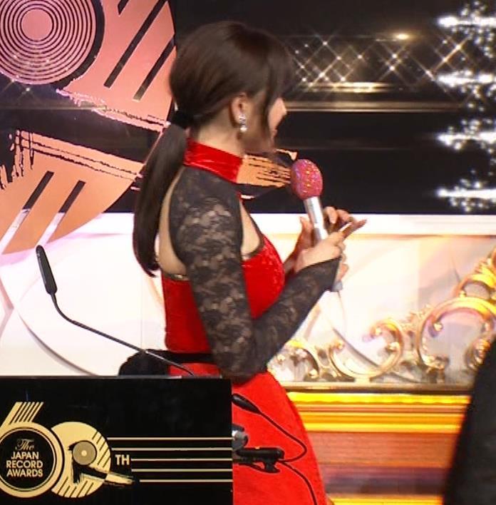 土屋太鳳 乳がエロ過ぎの過激ドレス(日本レコード大賞)キャプ・エロ画像19