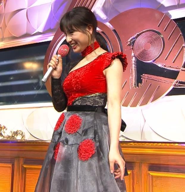 土屋太鳳 乳がエロ過ぎの過激ドレス(日本レコード大賞)キャプ・エロ画像10