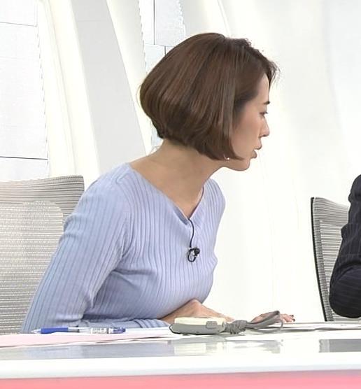 椿原慶子アナ ニット乳を腕にのせるキャプ・エロ画像